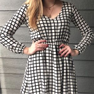 ABERCROMBIE AND FITCH BLACK AND WHITE V NECK DRESS